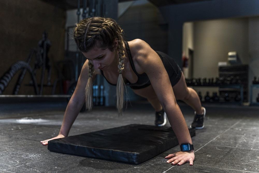 rutina de ejercicios chica haciendo planchas
