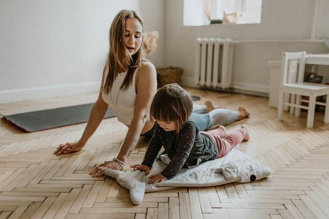 agujetas madre e hija haciendo yoga