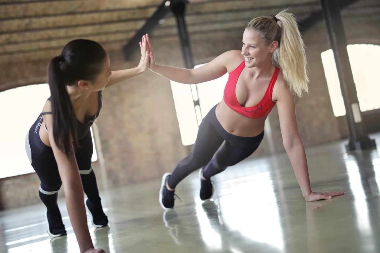Deportes que no dan pereza chicas haciendo ejercicio